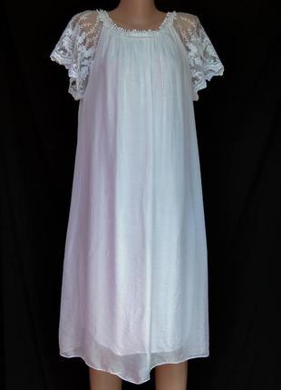 Свободное белоснежное шёлковое платье с кружевом