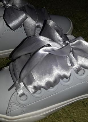 Primark стильные кроссовки сникерсы с атласной лентой