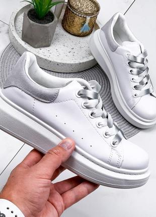 Новые шикарные женские белые кроссовки с серой  пяткой
