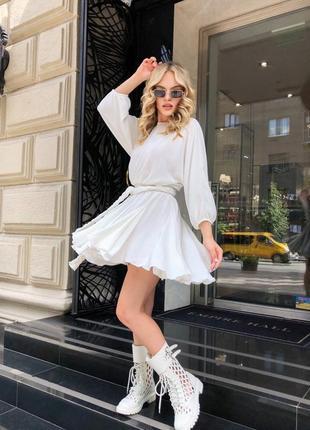 Короткое летнее платье с расклешенной юбочкой
