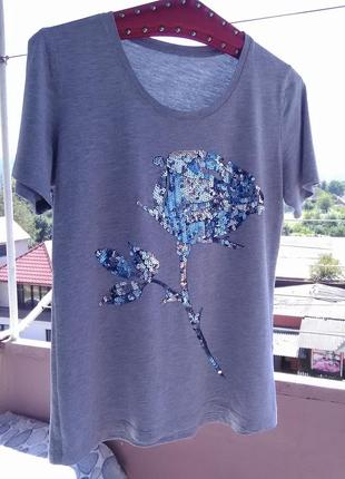 Очень красивая футболочка с синей пайетковой розой