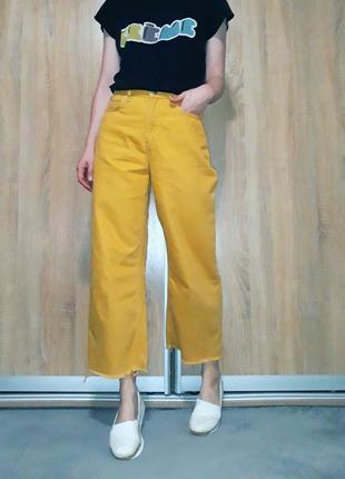 Свободные широкие джинсы кюлоты на высокой посадке с необработанным краем