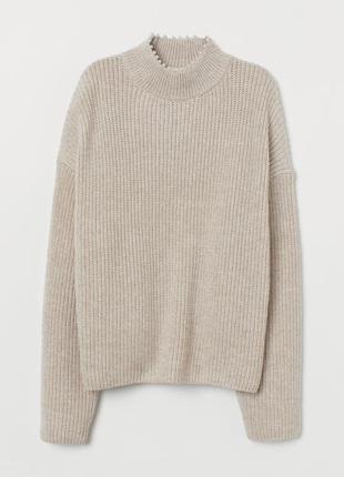 Бежевый свитер с бусинами