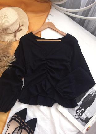 Трендовая чёрная блуза присобраная спереди и с объёмными рукавами