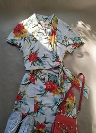 Платье на запах платье в цветочный принт белое платье