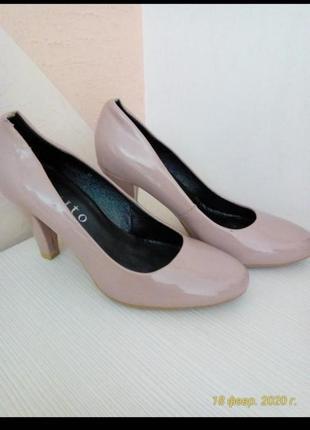 Женские лаковый туфли,каблук 8,5см,длина стельки 24,идут на 36,5