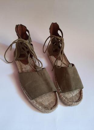 Босоножки с шнуровкой