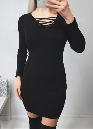 Стильное черное теплое платья миди в рубчик с шнуровкой