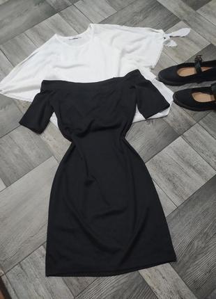 Повседневное черное платье по фигуре