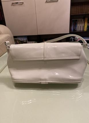 Белая лакированная сумочка-клатч4 фото