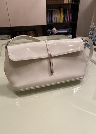 Белая лакированная сумочка-клатч1 фото