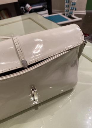 Белая лакированная сумочка-клатч2 фото