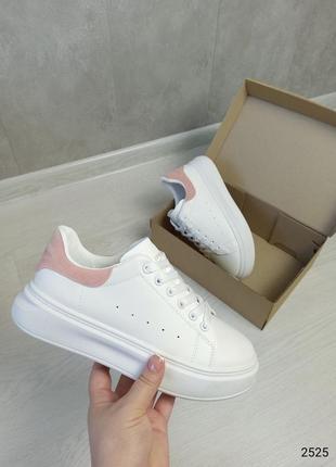 Базовые белые кроссовки кроссы с розовым задником с надписью