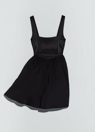 Чёрное маленькое платье с актуальным квадратным декольте