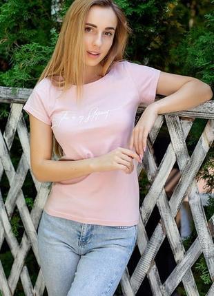 Пудровая футболка с надписью