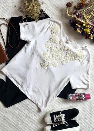 Классная футболка прямого кроя с декором молочного цвета