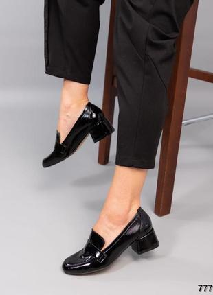 Лаковые туфли на среднем каблуке натуральная  кожа