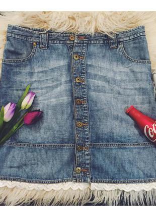 Джинсовая юбка украшенная кружевом