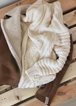 Объемный шерстяной свитер кофта на плечи с открытыми плечами крупной вязки молочный