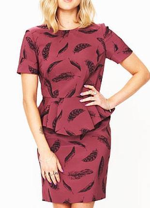 Fearne cotton платье розовое бордо с баской миди классическое принт чёрные перья