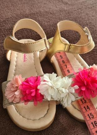 Босоніжки 23 розмір14,5 см устілка, раз взули в кафе, золоті з квіточками