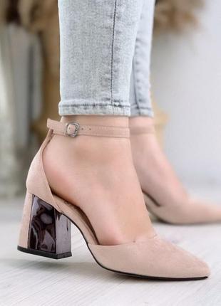 Бежевые красивые туфли на каблуке