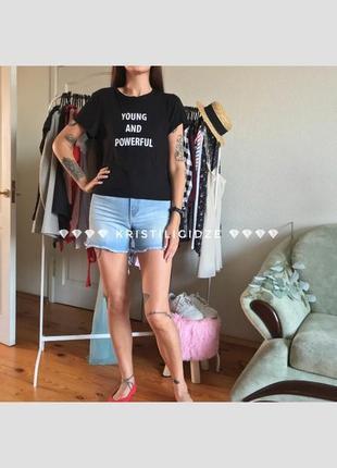 Стильная чёрная футболка с надписью