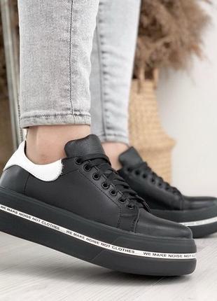 Кожаные черные кроссовки с белой пяткой
