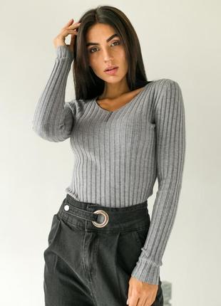 Пуловер вязки лапша с маленькими пуговицами