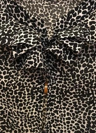 Очень красивая и стильная брендовая блузка в пятнышках.