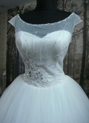 Новое свадебное платье с очень пышной юбкой.