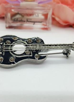 """✨🎸классная брошь """"черная гитара"""" с эмалью и кристаллами музыка значок брошка7 фото"""