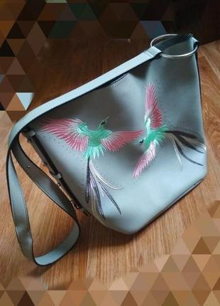 Серая сумка с вышивкой