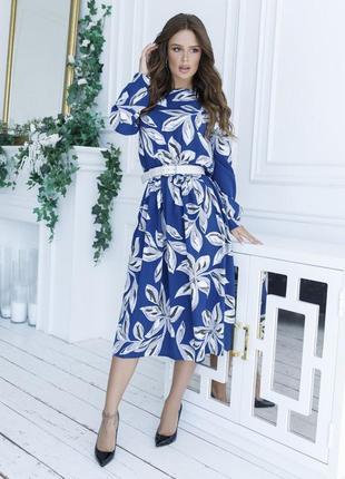Темно синее платье с белым принтом женственное и стильное