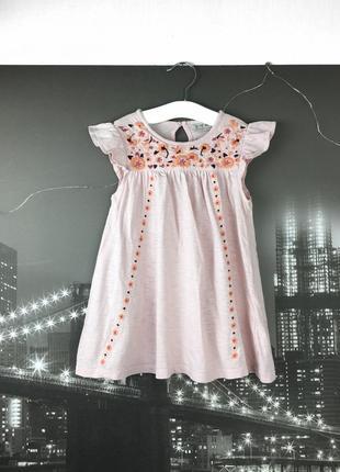 Нежно-розовое платье с вышивкой на 4-5 лет