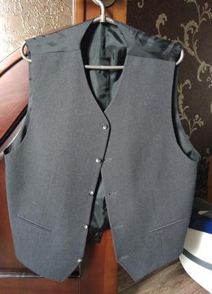 Мужская жилетка серого цвета.