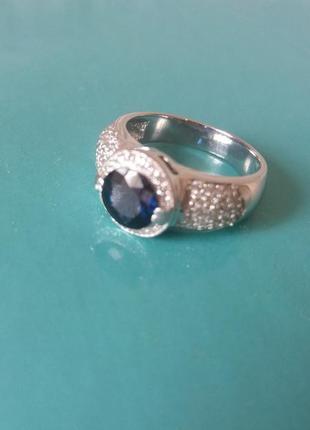 Кольцо из белого золота с бриллиантами и сапфиром. золоте кільце з діамантами.