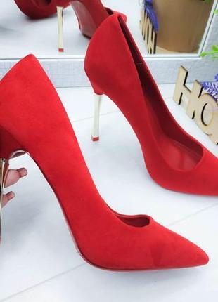 Классические яркие женские туфли на каблуке