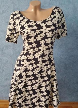 Красивое трендовое платье миди с пышной юбкой в цветочек
