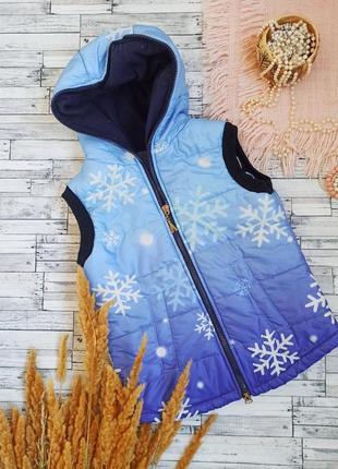 Теплый жилет в снежинки с капюшоном на молнии
