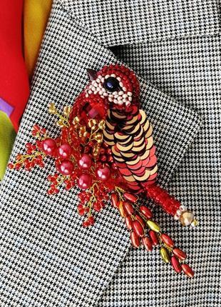 Красная брошь птица из бисера