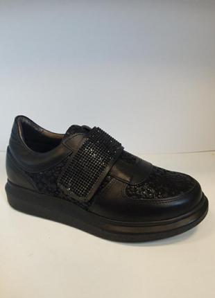 Туфлі кросівки шкіряні.