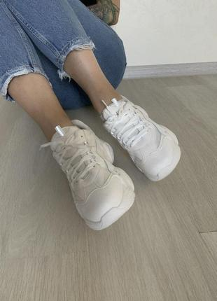 Белые кроссовки