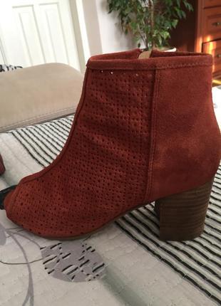 Замшеві туфлі з вирізаним носком
