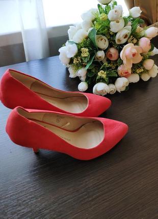 Классические замшевые красные туфли atmosphere