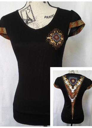 Красивая чёрная футболка с орнаментом