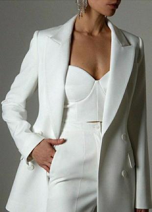 Белый брючный костюм тройка