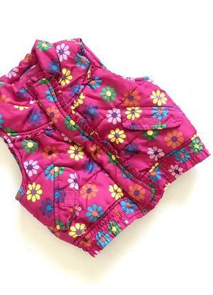 Яркая демисезонная жилетка розовая в цветочки