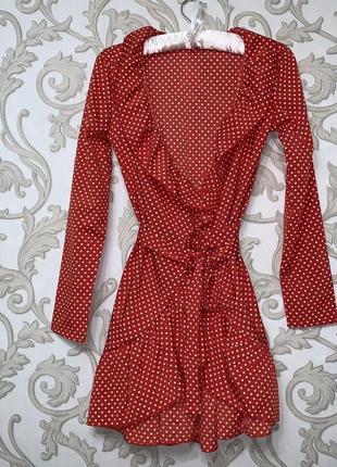 Красное платье в белый горошек с рукавом на запах