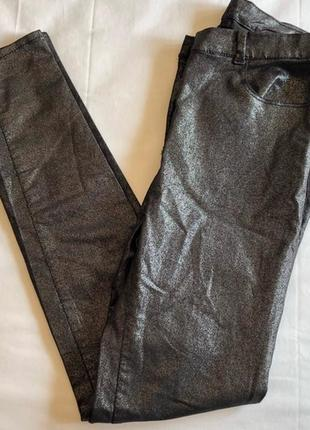 Классные стрейч джинсы скинни с серебристым напылением размера xs